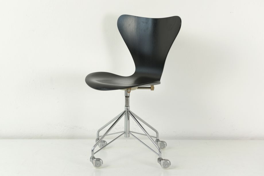 DESK CHAIR ON CASTORS - 3107 - BLACK - ARNE JACOBSEN - FRITZ HANSEN - DENMARK - 1955